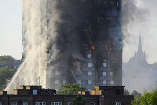 Flames and smoke billow as firefighters deal with a serious fire in a tower block at Latimer Road in West London, Britain June 14, 2017. © Toby Melville/Reuters Flames and smoke billow as firefighters deal with a serious fire in a tower block at Latimer Road in West London, Britain June 14, 2017.